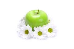 Grüner Apfel und Blumen Stockbild