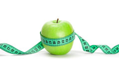 Grüner Apfel und ein messendes Band stockfotografie