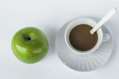Grüner Apfel und Kaffeepause Lizenzfreie Stockbilder