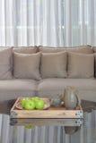 Grüner Apfel und keramische Schale in hölzernem tary auf Glasplattetabelle Lizenzfreies Stockfoto