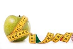 Grüner Apfel und Messinstrument Stockfoto