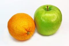 Grüner Apfel und Orange Stockbilder