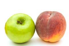 Grüner Apfel und Pfirsich. Stockfoto