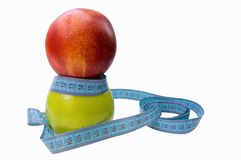 Grüner Apfel und Pfirsich mit der messenden Taille Stockfotos