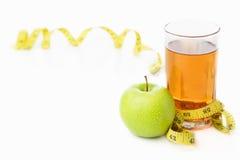 Grüner Apfel und Saft mit messendem Band Stockfotos