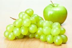 Grüner Apfel und Trauben Lizenzfreie Stockfotos