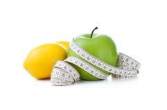Grüner Apfel und Zitrone mit messendem Band Lizenzfreies Stockbild