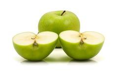 Grüner Apfel und zwei halfs Lizenzfreies Stockbild