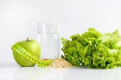 Grüner Apfel wässern noch und Kopfsalat Lizenzfreie Stockbilder