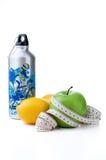 Grüner Apfel, Zitrone und Sportflasche mit messendem Band Stockbild