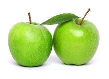 Grüner Apfel zwei getrennt auf Weiß Stockbild