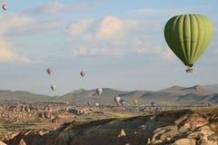Grüner Ballon auf Himmel lizenzfreies stockfoto