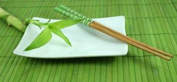 Grüner Bambusschoß und Ess-Stäbchen Stockbild