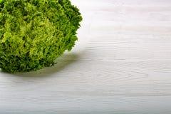 Grüner Batavia-Kopfsalatsalat auf weißem Hintergrund Stockfotografie