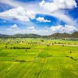 Grüner Bauernhof mit blauem Himmel Lizenzfreie Stockfotos
