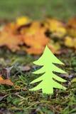 Grüner Baum auf einem Herbstgebiet Stockfotos