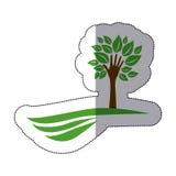 grüner Baum mit Blättern und Stamm in der Formhand im Berg lizenzfreie abbildung