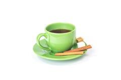 Grüner Becher des Teebechers mit Zucker und Zimt Stockfoto