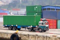 Grüner Behälter-LKW Stockbild