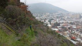 Grüner Berg und Stadt Stockfotos