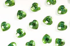 Grüner Bergkristallhintergrund Herzformbeschaffenheit als weißes Studiofoto des Hintergrundes Blings-Bergkristallkristall Lizenzfreie Stockbilder