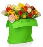 Grüner Beutel mit Tulpen Lizenzfreie Stockfotos