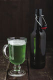 Grüner Bierkrug und Flasche für St- Patrick` s Tag Stockfoto