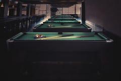 Grüner Billardtisch im Nachtclub Stockbilder