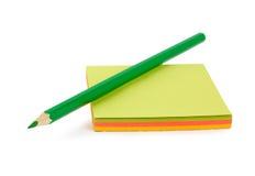 Grüner Bleistift auf Papier Stockfoto