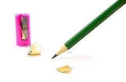 Grüner Bleistift mit Bleistiftspitzer Stockbilder