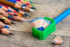 Grüner Bleistiftspitzer auf hölzernem Hintergrund Lizenzfreie Stockfotografie