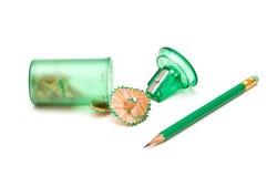 Grüner Bleistiftspitzer und Bleistift Stockbild