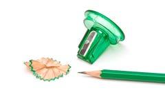 Grüner Bleistiftspitzer und Bleistift Lizenzfreies Stockfoto