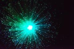 Grüner Blitz auf dunklem Hintergrund Lizenzfreies Stockfoto