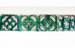 Grüner Block auf dem weißen Wandhintergrund Stockfotografie
