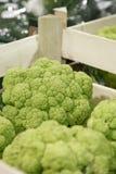 Grüner Blumenkohl in einem Lebensmittelgeschäft Lizenzfreies Stockbild