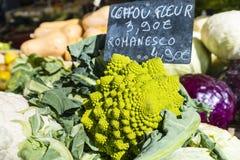 Grüner Blumenkohl mit Kreidezeichen auf Paris-Marktstall Stockfotos