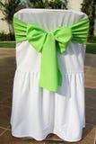 Grüner Bogen auf einem Partystuhl Lizenzfreies Stockbild