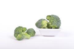 Grüner Brokkoli auf einem weißen Hintergrund Lizenzfreies Stockbild