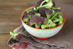 Grüner Brokkoli in einer Schüssel Stockfotografie