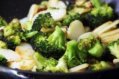 Grüner Brokkoli mit Kartoffeln in einer Bratpfanne Stockfoto