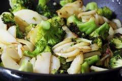 Grüner Brokkoli mit Kartoffeln in einer Bratpfanne Lizenzfreie Stockfotografie