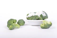 Grüner Brokkoli mit weißer Soße auf einem weißen Hintergrund stockfotos