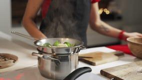 Grüner Brokkoli wird im Dampf in einem Edelstahldampfer gekocht stock video