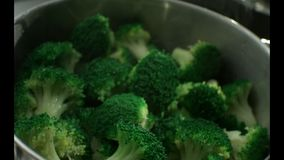 Grüner Brokkoli wird im Dampf in einem Edelstahldampfer gekocht Langsame Bewegung r Langsame Bewegung Kamera Phanto stock video