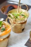 Grüner Curry Ein Hühnergrüncurry ist- eine sehr populäre thailändische Nahrung a stockbilder