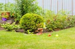 Grüner Designbereich nahe ihrem Haus Stockfotos