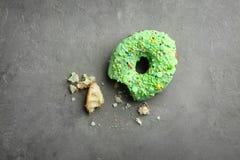 Grüner Donut mit besprüht lizenzfreie stockfotos