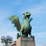 Grüner Drache, der auf der Brücke in altem Ljubljana, Slowenien steht Stockbilder