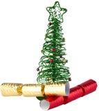 Grüner DrahtWeihnachtsbaum mit Crackern Stockfoto